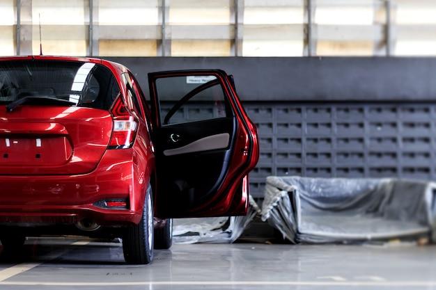 Zbliżenie czerwony samochodowy parking naprawy garaż