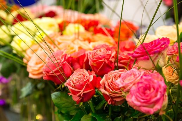 Zbliżenie Czerwonych Róż W Sklepie Premium Zdjęcia