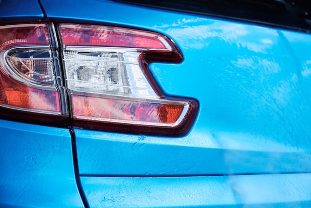 Zbliżenie części nowoczesnego samochodu w myjni samochodowej