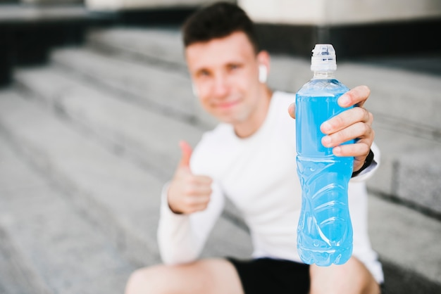 Zbliżenie: człowiek posiadający napój energetyczny