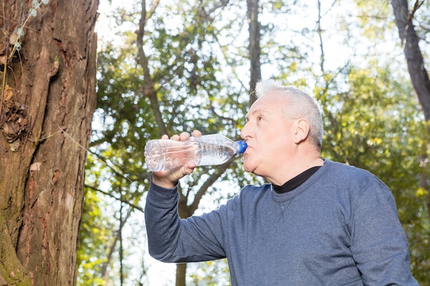Zbliżenie człowiek spragniony wody pitnej po treningu