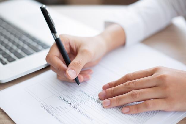 Zbliżenie człowieka biznesu wypełnienie formularza