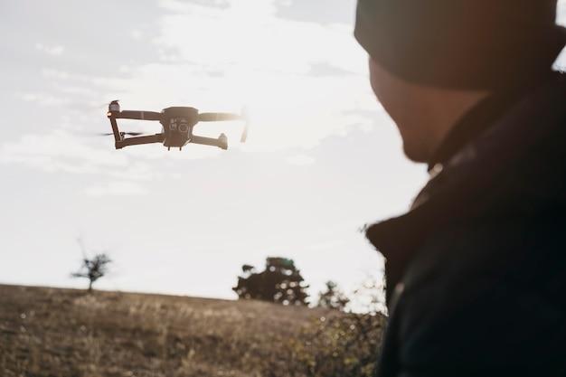 Zbliżenie człowieka oglądanie drona