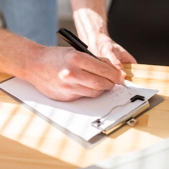 Zbliżenie człowieka pisania