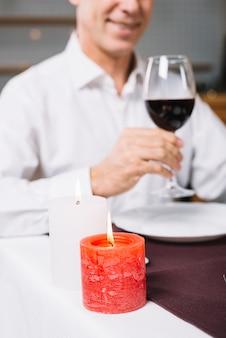 Zbliżenie człowieka podczas obiadu