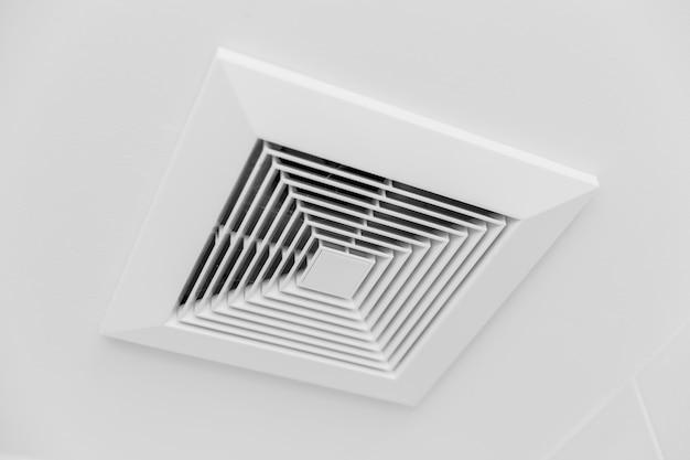 Zbliżenie czysty nowy przepływ powietrza w kanale powietrza sufitowego w pomieszczeniu biurowym