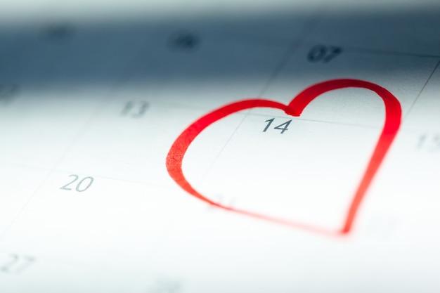 Zbliżenie dat na stronie kalendarza
