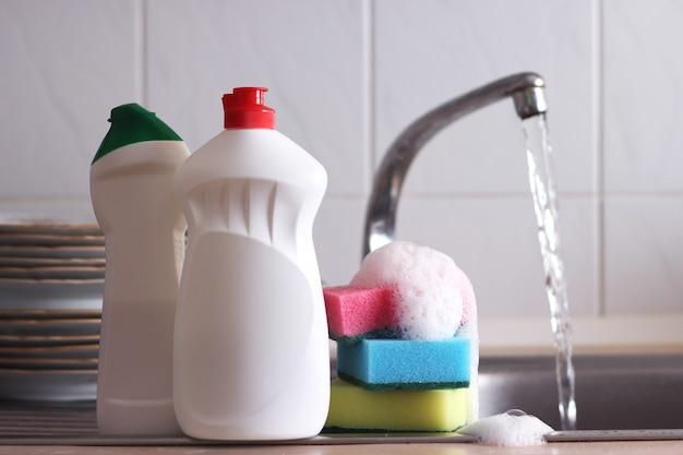 Zbliżenie detergentu do mycia naczyń we wnętrzu kuchni. zdjęcie wysokiej jakości