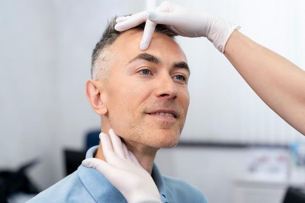 Zbliżenie dłoni badając pacjenta