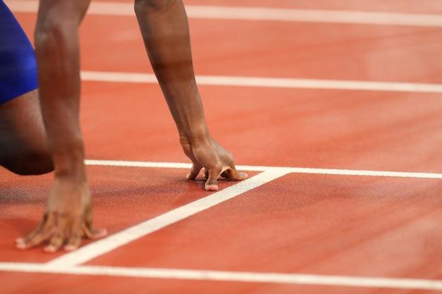 Zbliżenie dłoni biegacza przed startem