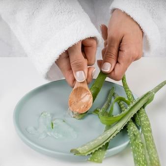 Zbliżenie dłoni biorąc żel aloe vera