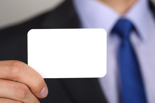 Zbliżenie dłoni biznesmen pokazano wizytówkę