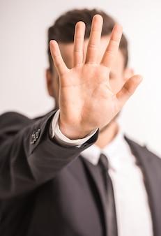 Zbliżenie dłoni biznesmen w centrum uwagi na szary.