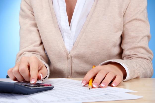 Zbliżenie dłoni bizneswoman, praca w pokoju biurowym