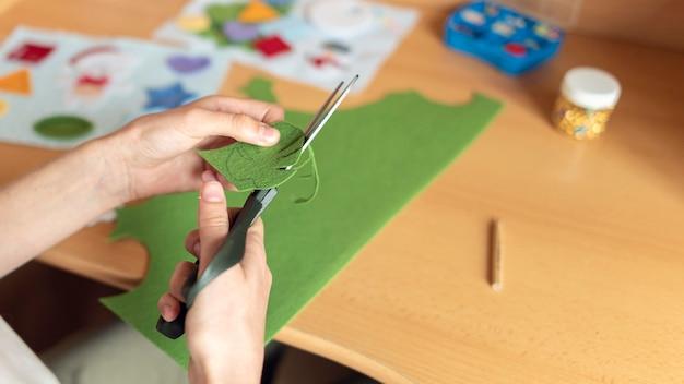 Zbliżenie dłoni cięcia materiału