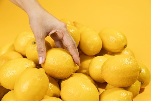 Zbliżenie dłoni dotykając cytryn