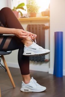 Zbliżenie dłoni i nóg sportowej dziewczyny