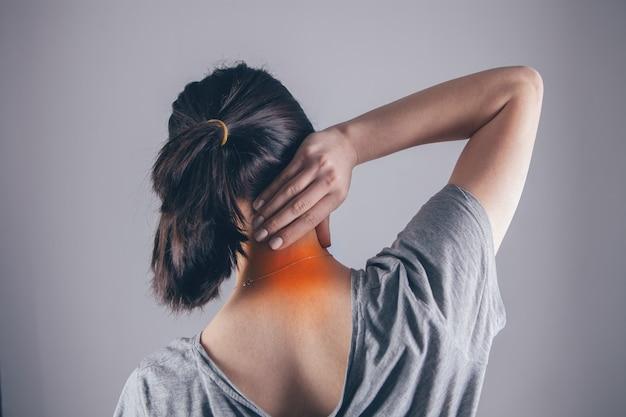 Zbliżenie dłoni kobiety masującej szyję