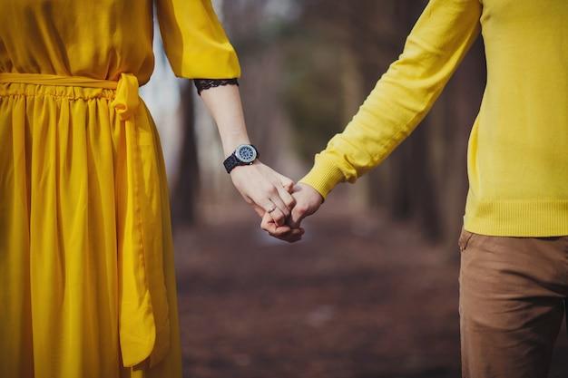Zbliżenie dłoni ludzi