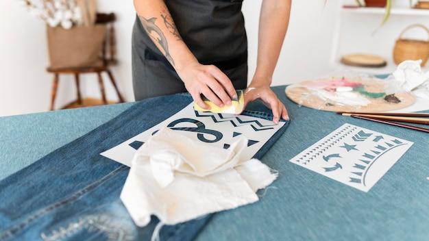 Zbliżenie dłoni malowanie gąbką