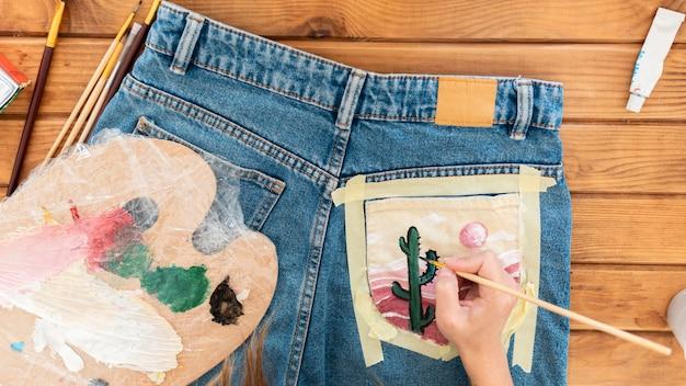 Zbliżenie dłoni malowanie kaktusa