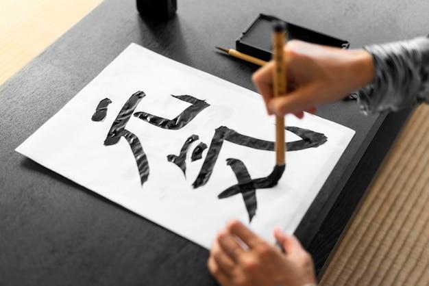 Zbliżenie dłoni malowanie na papierze