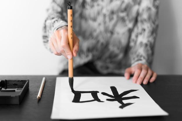 Zbliżenie dłoni malowanie pędzlem