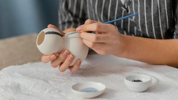 Zbliżenie dłoni malowanie przedmiotu