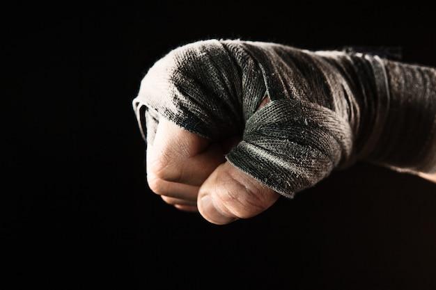 Zbliżenie dłoni muskularnego mężczyzny z bandażem