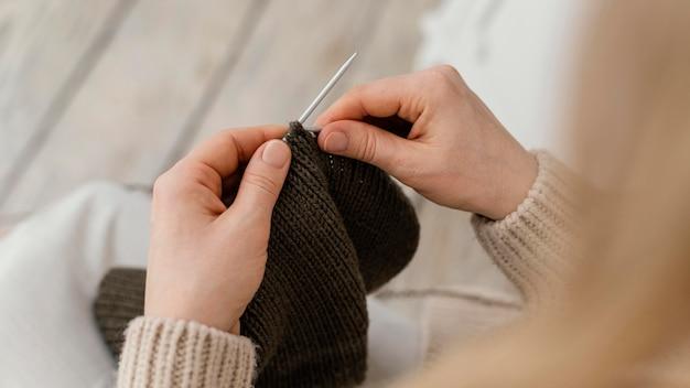 Zbliżenie dłoni na drutach metalową igłą