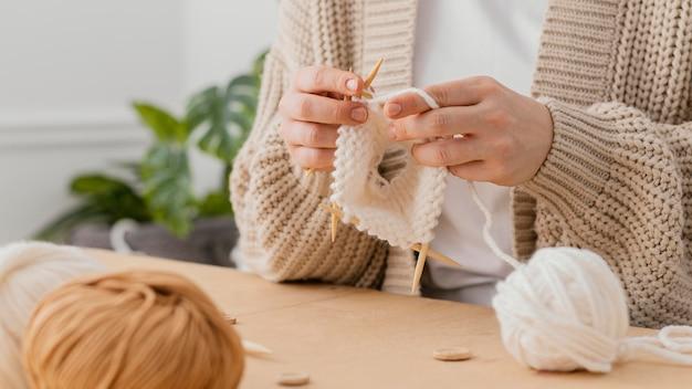 Zbliżenie dłoni na drutach z igłami