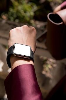 Zbliżenie dłoni na sobie zegarek