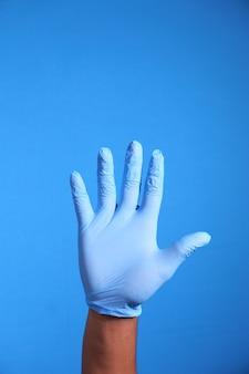 Zbliżenie dłoni osoby z rękawic ochronnych
