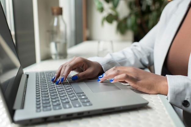 Zbliżenie dłoni piszących na klawiaturze