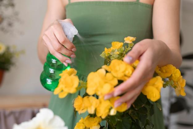 Zbliżenie dłoni podlewania kwiatów