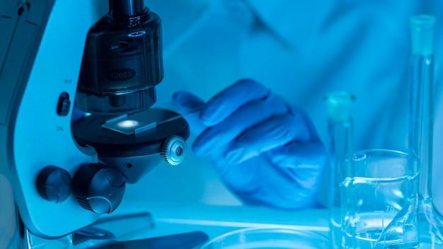 Zbliżenie dłoni pracy z mikroskopem