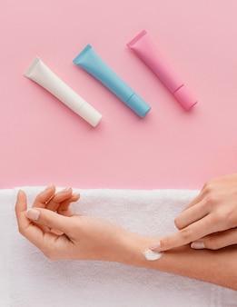 Zbliżenie dłoni przy użyciu kremu