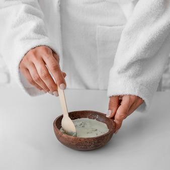 Zbliżenie dłoni przygotowujące lekarstwo w domu