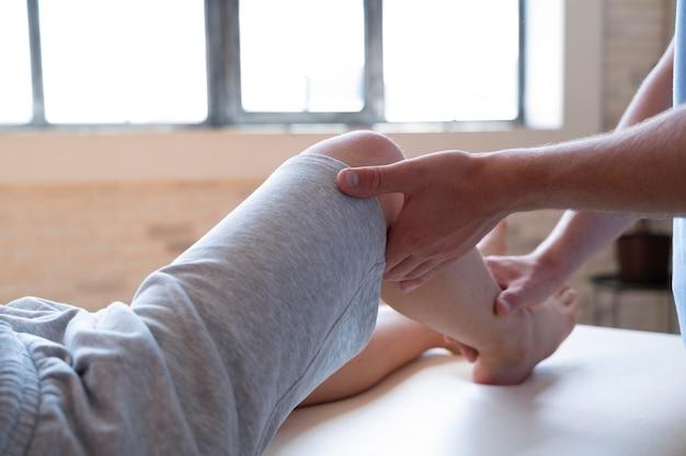 Zbliżenie dłoni sprawdzające nogę