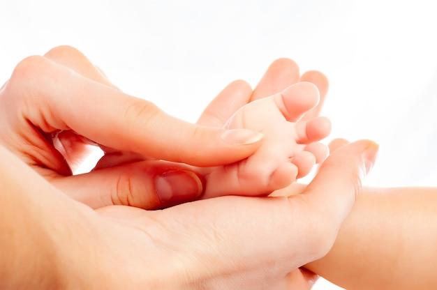 Zbliżenie dłoni troskliwej matki podczas masażu