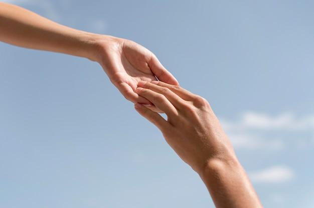 Zbliżenie dłoni trzymając się nawzajem