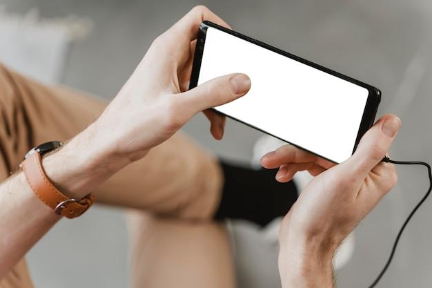 Zbliżenie dłoni trzymając urządzenie