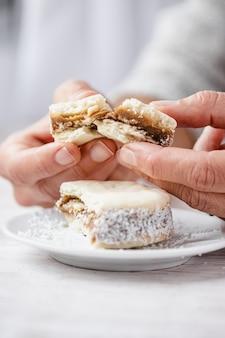 Zbliżenie dłoni trzymającej ciasteczka alfajores.