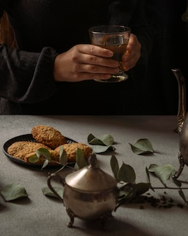 Zbliżenie dłoni trzymającej filiżankę herbaty