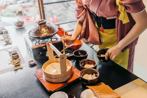 Zbliżenie dłoni trzymającej miskę na jedzenie
