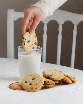Zbliżenie dłoni trzymającej plik cookie