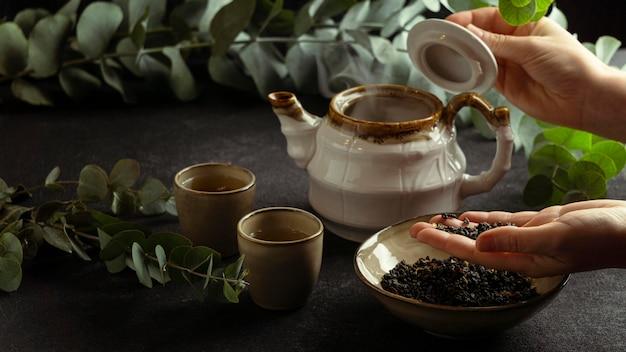 Zbliżenie dłoni trzymającej składniki herbaty