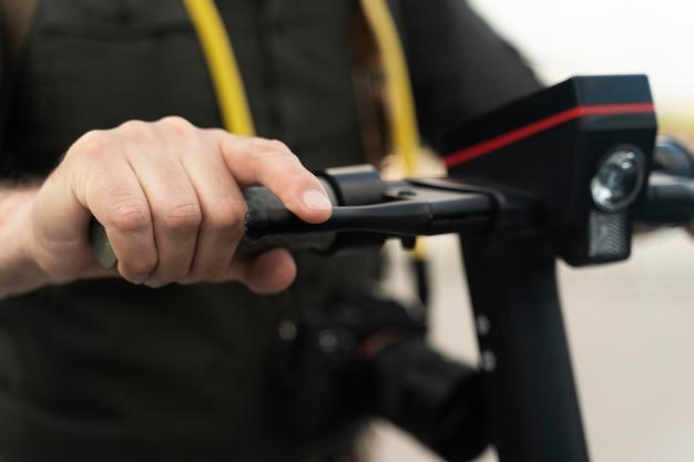 Zbliżenie dłoni trzymającej skuter