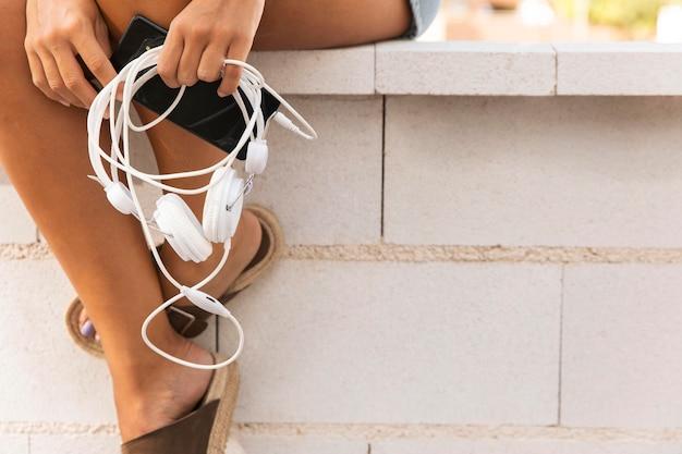 Zbliżenie dłoni trzymającej słuchawki