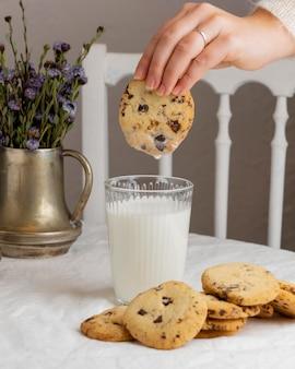 Zbliżenie dłoni trzymającej smaczne ciasteczko